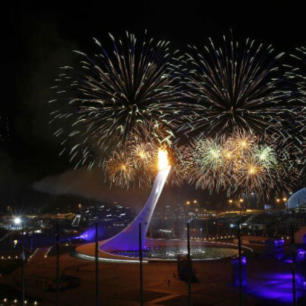 El pebetero fue encendido para así oficializar el inicio de los Juegos Olímpicos de Invierno.