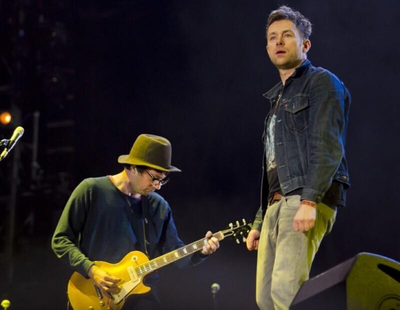 El vocalista Damon Albarn apareció sobre el escenario con una matraca mexicana, cuyos sonidos vaticinaron que su actuación se convertiría en una fiesta.