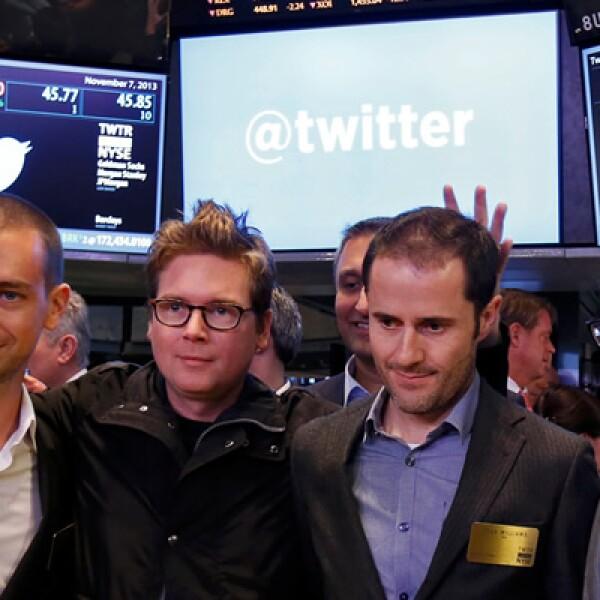 El CEO de la red social Dick Costolo (derecha) festeja junto con otros directivos de la firma.