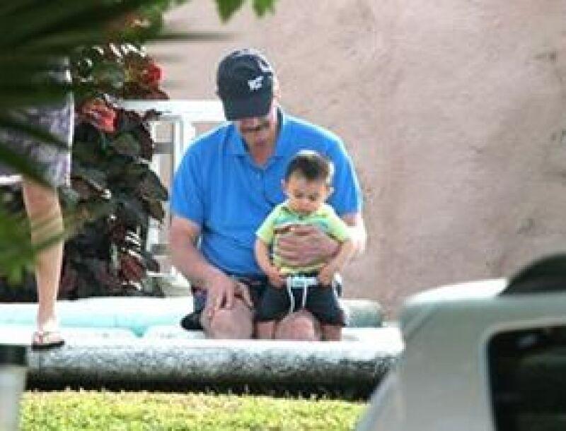 Vicente estuvo con su nieto Emiliano en la alberca de la casa.