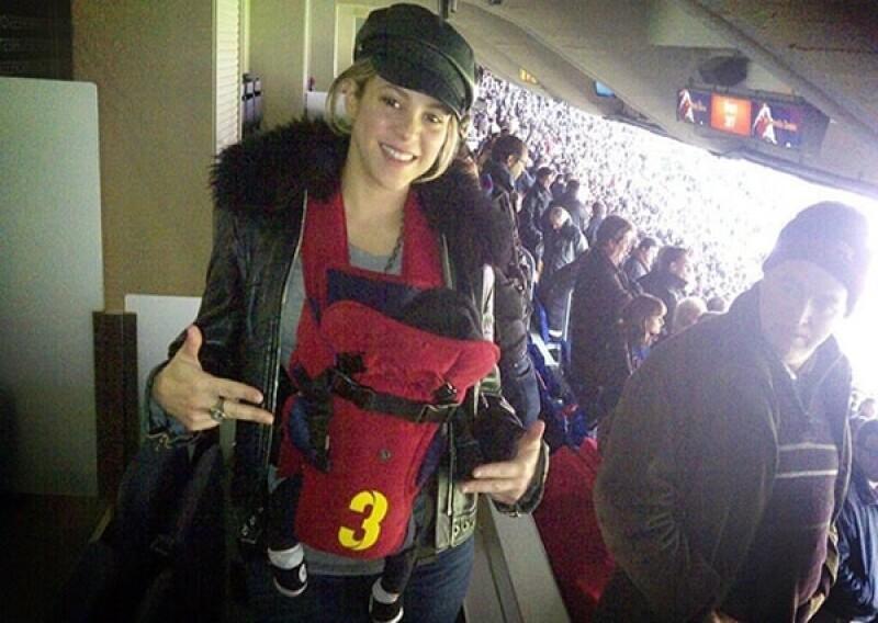 Shakira compartió una foto en Twitter de ella y el pequeño Milan apoyando a Piqué en el Camp Nou del Barcelona