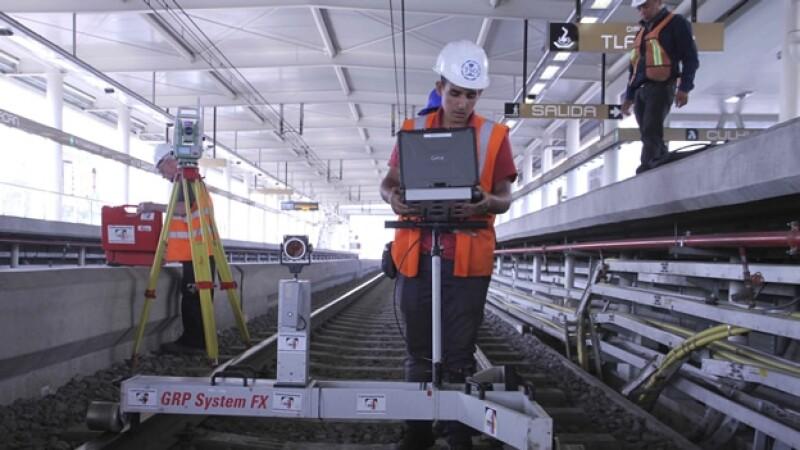 s del Sistema de Transporte Colectivo verifican una estación de la Línea 12 del Metro