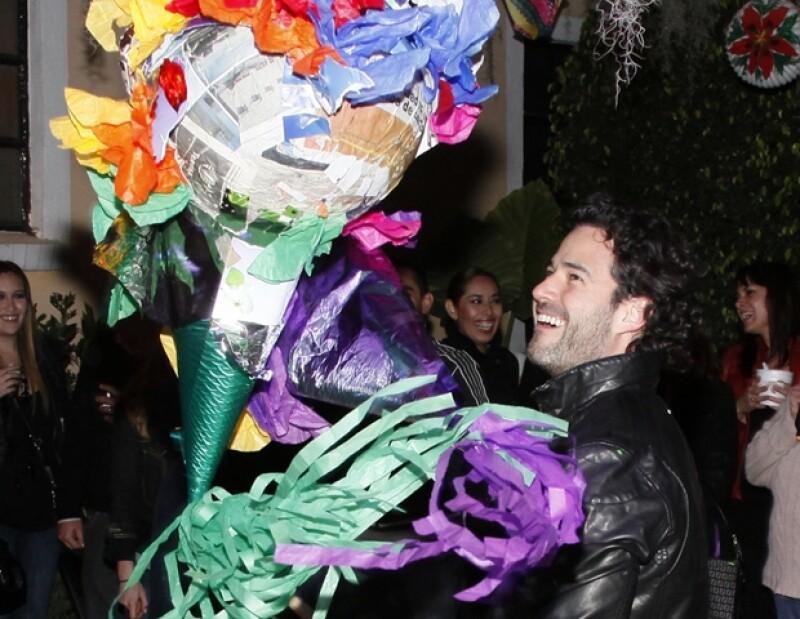 El hijo del ex presidente de México y pareja de Ludwika rompió la piñata.