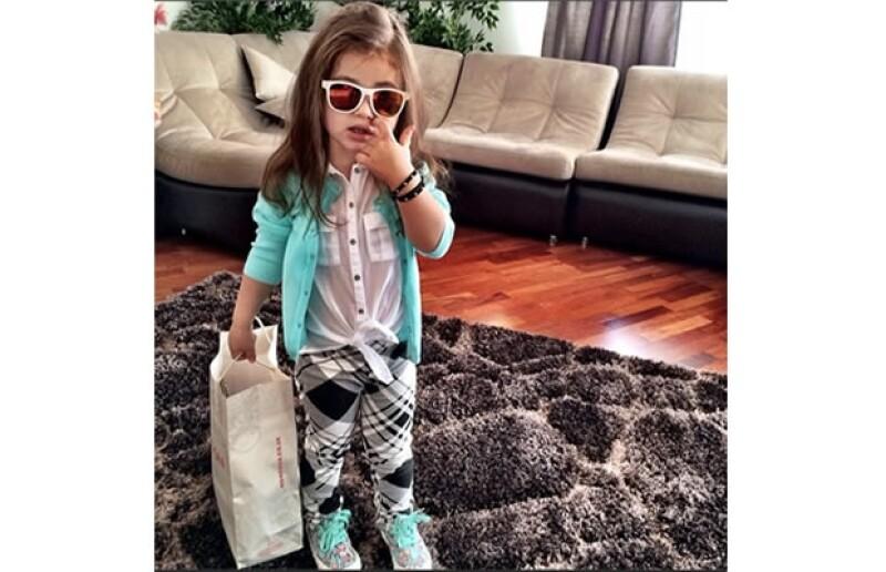 La hija de 4 años de Samoylova se deja poner lo que sea, le ayuda como inspiración a su madre para sus próximos diseños.