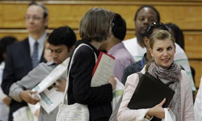 Analistas esperaban que las solicitudes del subsidio bajaran a 380,000 durante la semana pasada.oto: AP)