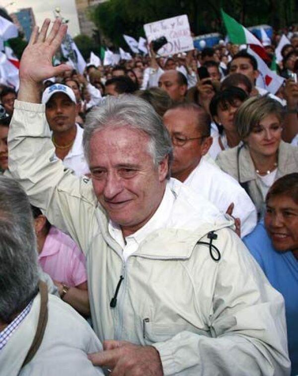 Alejandro Martí sólo marchó 10 minutos debido a que a cada paso la gente le mostraba su sentir por la pérdida de su hijo Fernando.