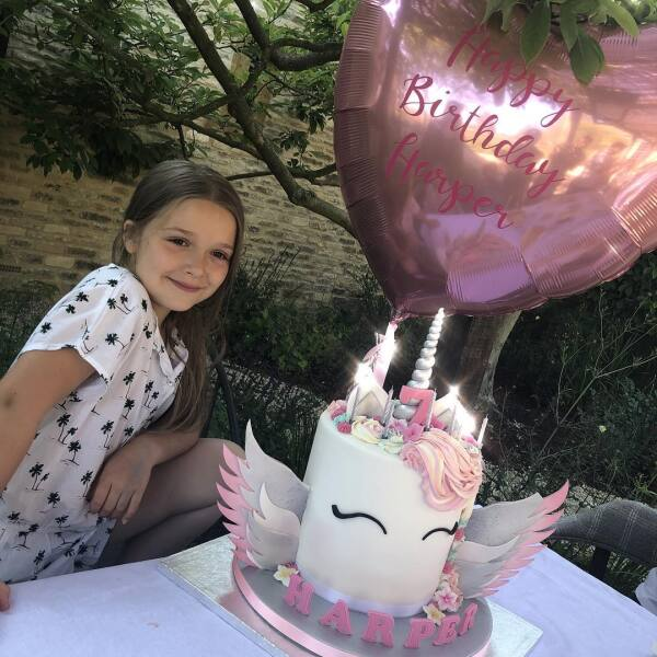 Pero eso no fue todo, también recibió un tiempo pastel en forma de unicornio