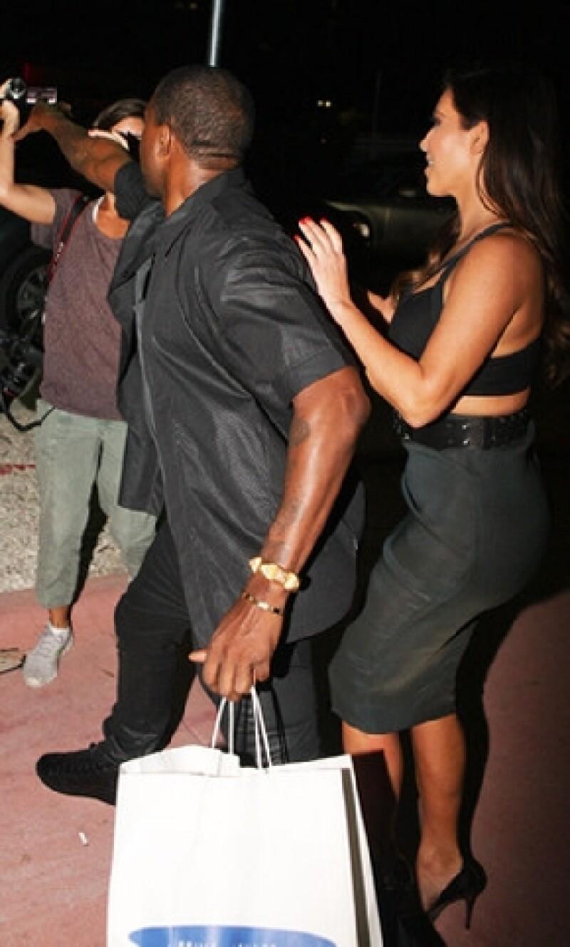 La popular pareja protagonizó un incidente el pasado sábado, cuando el cantante trató de romper la cámara de una fotógrafa que lo cuestionó sobre Reggie Bush.