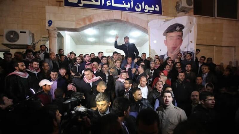 Personas se congregaron en la capital de Jordania para pedir venganza por el asesinato de un piloto a manos de ISIS