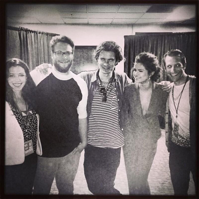 Selena compartió esta foto junto a Orlando Bloom y Seth Rogen el pasado 26 de marzo.
