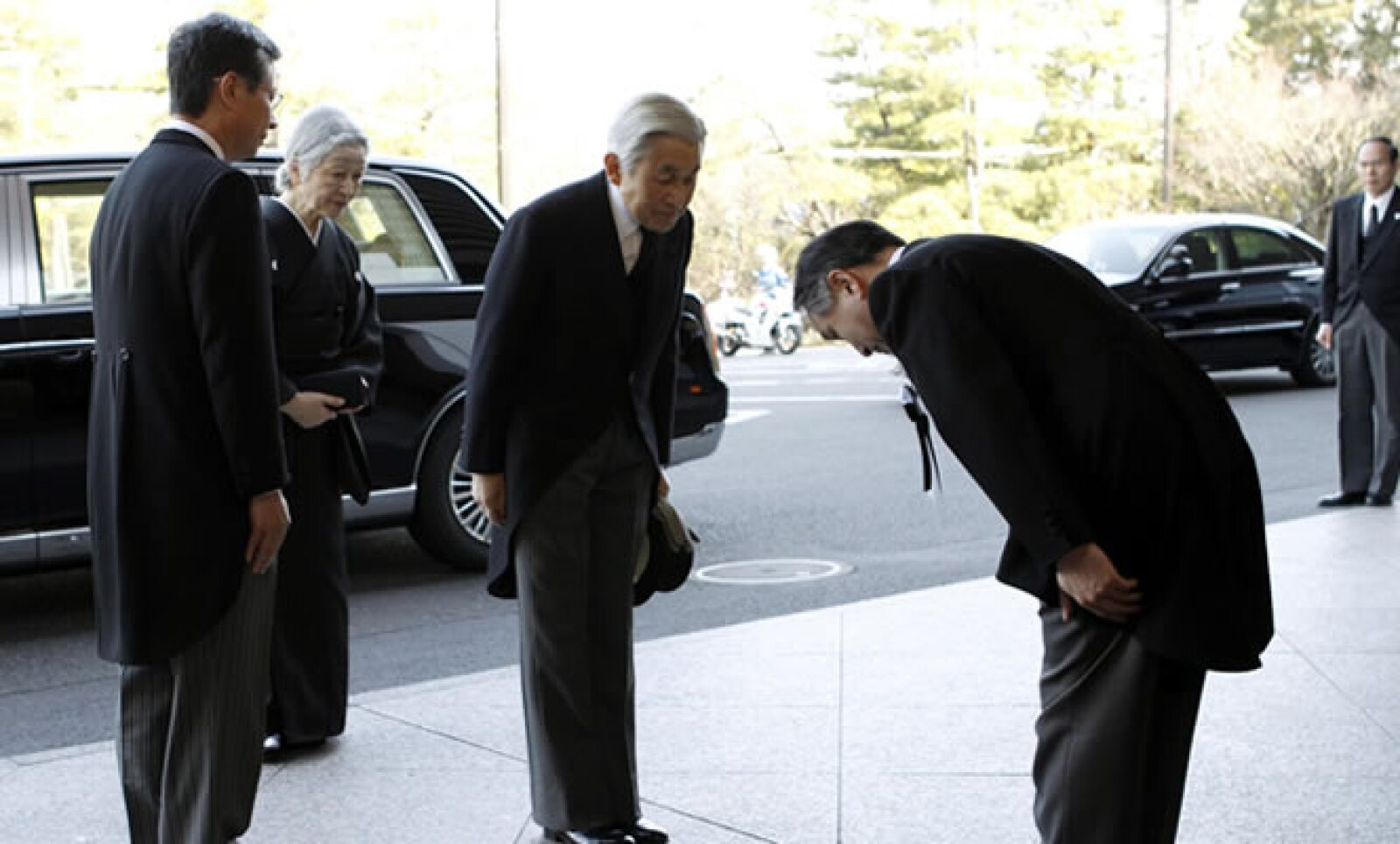 A la celebración realizada en Tokio asistieron unas 1,200 personas, incluido el emperador Akihito (centro) y la emperatriz Michiko, el primer ministro Yoshihiko Noda, sobrevivientes y familiares de las víctimas.