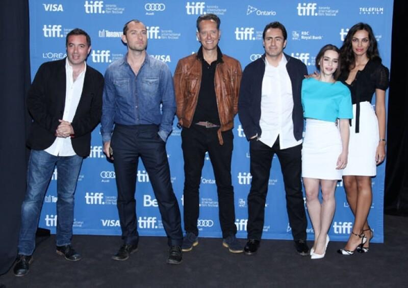 El mexicano y sus coestrellas el director Richard Shepard y los actores Jude Law, Richard E. Grant, Emilia Clarke y Madalina Ghenea durante la conferencia de prensa en el TIFF.