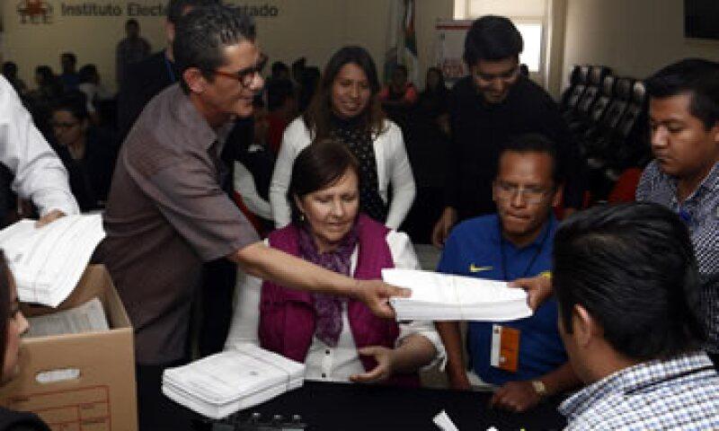 Al centro, Ana Teresa Aranda, una de los cinco aspirantes independientes a la gubernatura de Puebla presenta sus firmas. (Foto: Notimex)