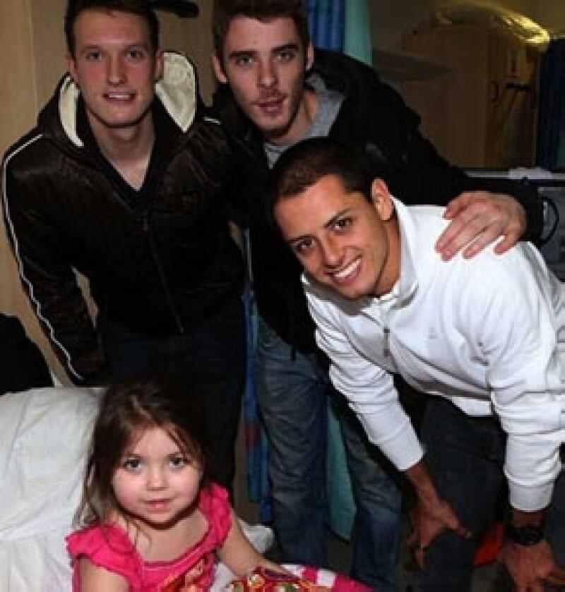 El futbolista mexicano y compañeros del Manchester United visitaron un hospital y llevaron regalos y sonrisas a los pequeños que están internados en el lugar.