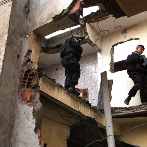 policias brasileños en una favela