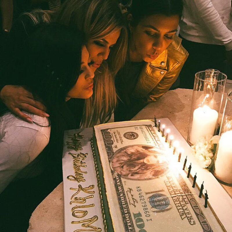 Kim y Kendall brillaron por su ausencia debido a que se encontraban en Inglaterra apoyando a Kanye West y su presentación estelar en el festival de Glastonbury.