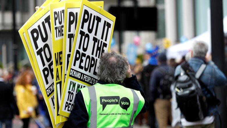 Levantan las pancartas.