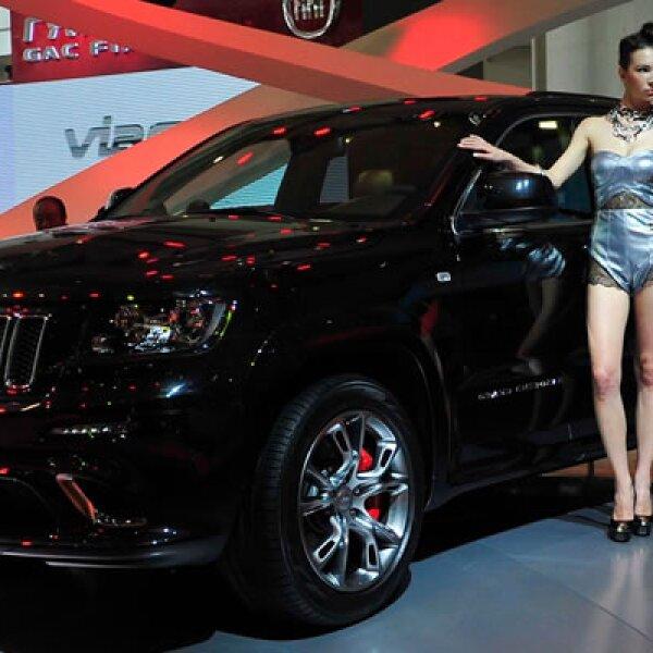 El Jeep de Chrysler tiene muchas piezas doradas y figuras de dragón en los reposacabezas y otras partes.