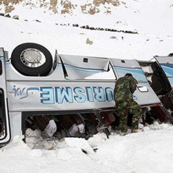 soldados afganos buscan sobrevivientes en un camión, luego de avalancha en paso salang