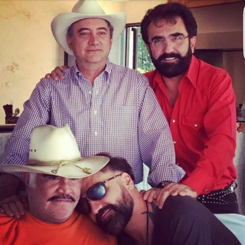 Vicente Fernández con sus hijos: Vicente, Gerardo y Alejandro.