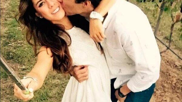 La joven de 20 años publicó una divertida fotografia en la que la vemos recostada en el suelo, siendo víctima de una ataque de besos de su novio Fernando Tena y sus mascotas.