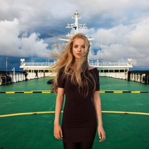 mujer mar baltico