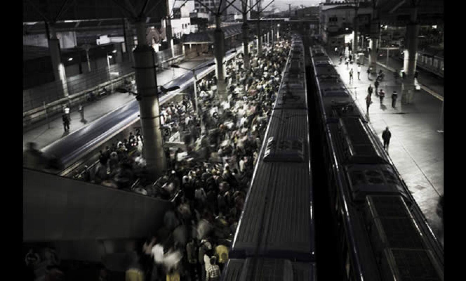 Los trenes suburbanos llegan a la terminal Bras en el centro de São Paulo a las 5:30, transportan a más de cuatro millones de personas desde los barrios de la periferia de la ciudad más poblada de Sudamérica.