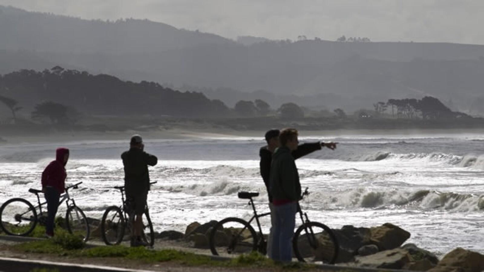 Habitantes de San Francisco vigilan la llegada de olas