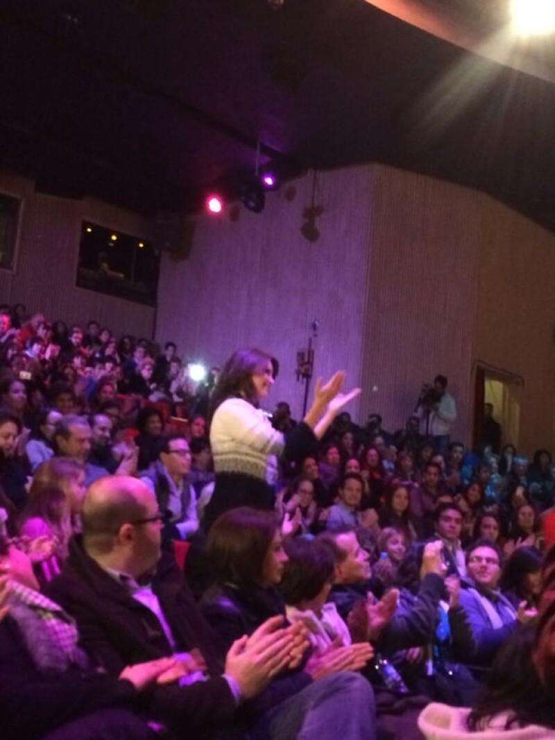 Angélica Rivera se puso de pie cuando Jacobo Zabludowsky la presentó ante el público asistente.