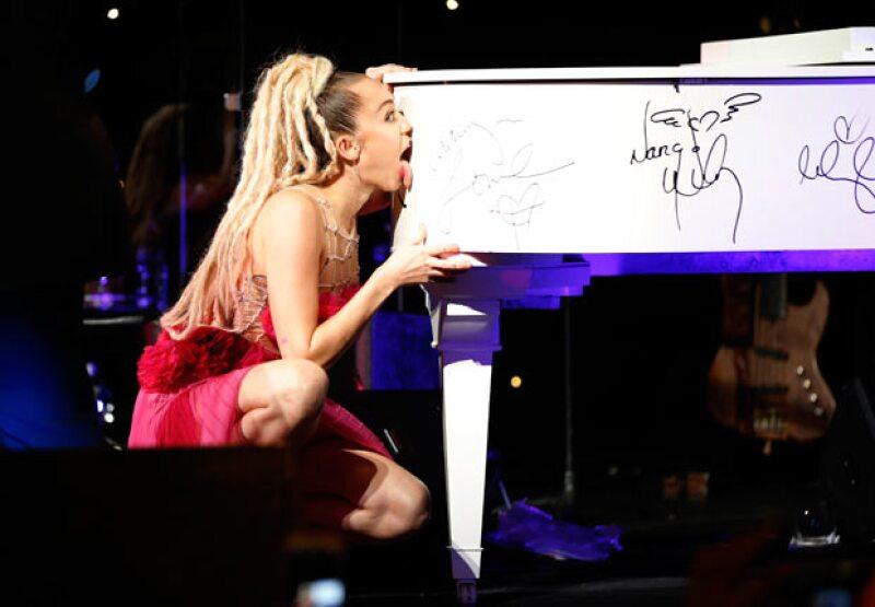 La cantante lamió un piano para ayudar a aumentar su precio en la subasta que tuvo lugar en la gala de los premios Vanguard este sábado en Los Ángeles.