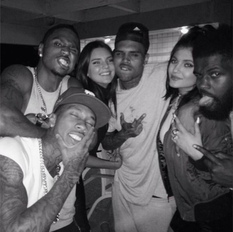 Las populares hermanas asistieron a una fiesta en compañía de Chris Brown.