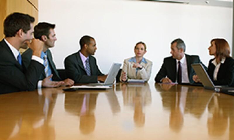 La decisión de acudir solo o acompañado a las negociaciones refleja la capacidad de liderazgo y toma de decisiones, dicen expertos. (Foto: Getty Images)