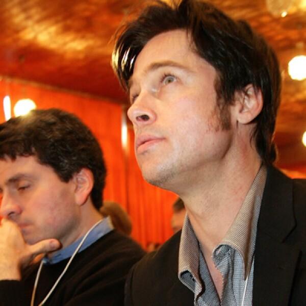 El actor observa a Angelina Jolie durante la participación de su pareja en 2006.