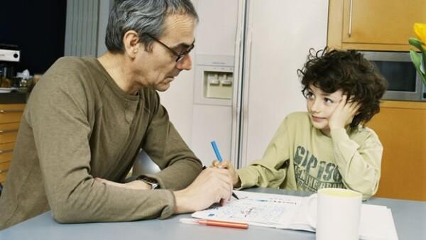 Padre e hijo haciendo la tarea