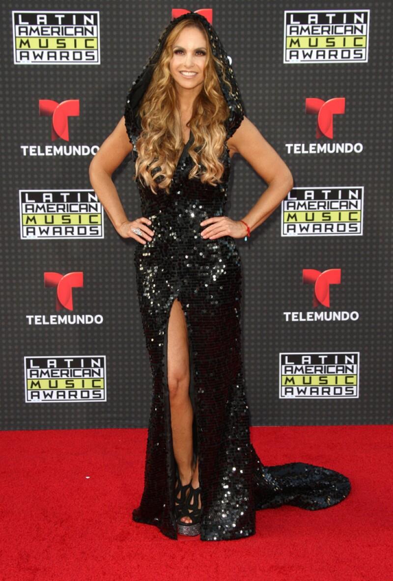 La guapa mexicana condujo ayer la primera edición de los Latin American Music Awards 2015, en la que derrochó estilo.