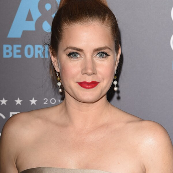 Amy Adams eligue un rojo reluciente para hacer brillar sus labios.