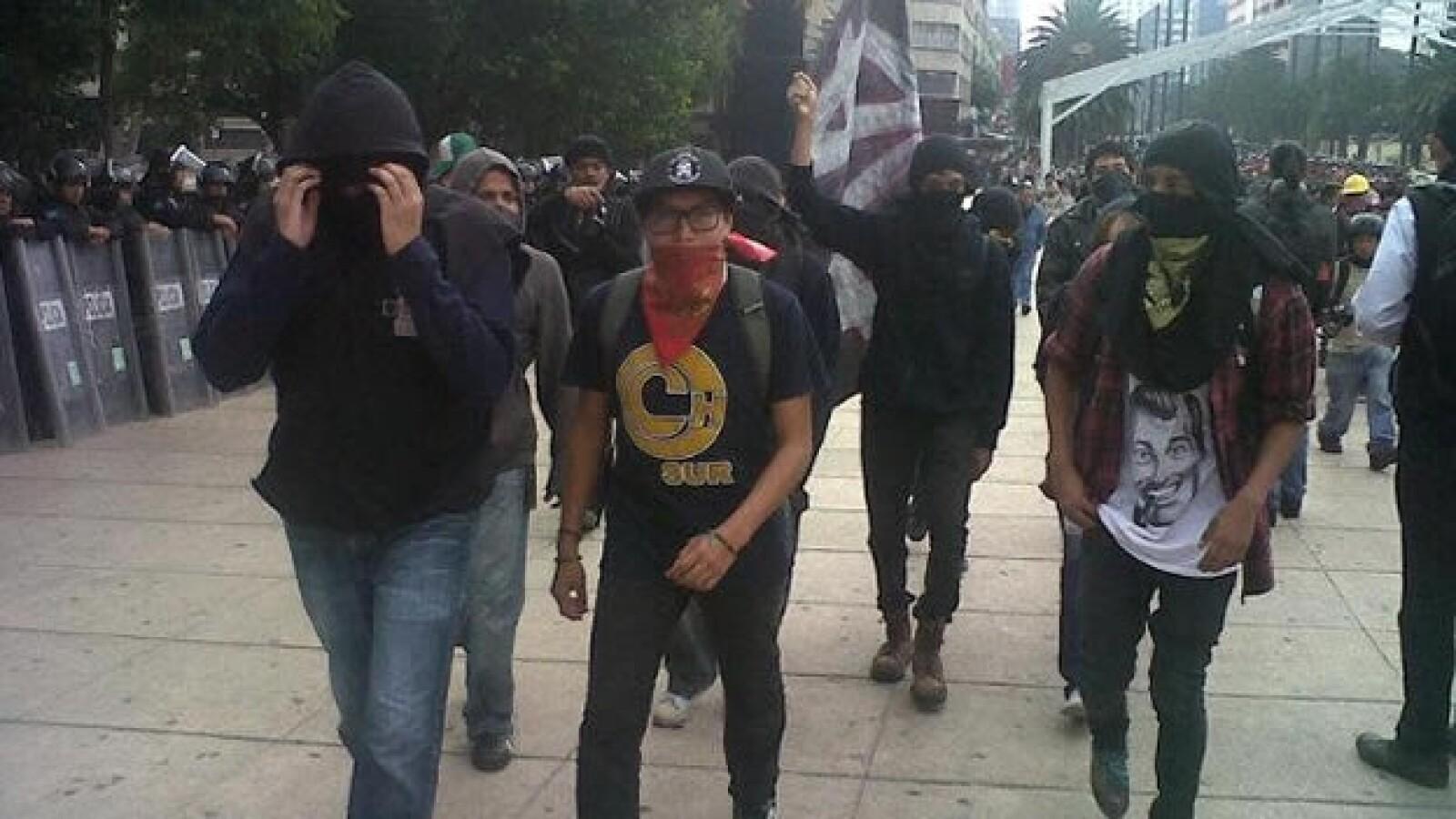 Manifestantes marchan al Congreso ante el informe de gobierno