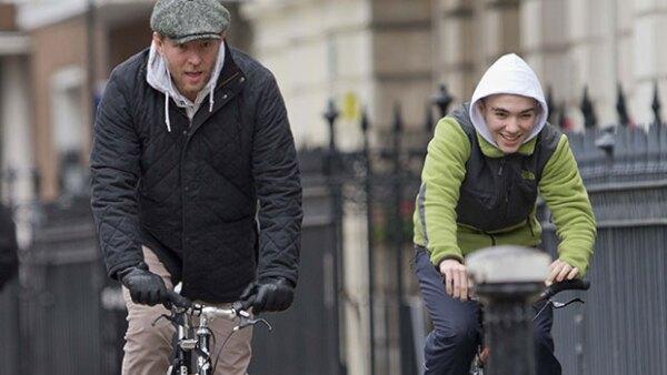 Mientras se soluciona quién se queda con la custodia del hijo mayor de la cantante, él se pasea en bicicleta por Londres, acompañado de su papá y su madrastra.