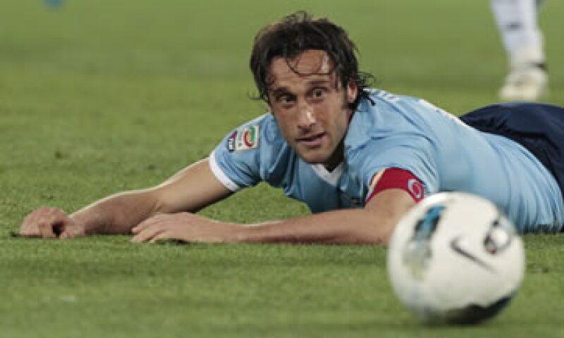 Stefano Mauri, capitán de Lazio, figuró entre los 14 detenidos del lunes. (Foto: AP)