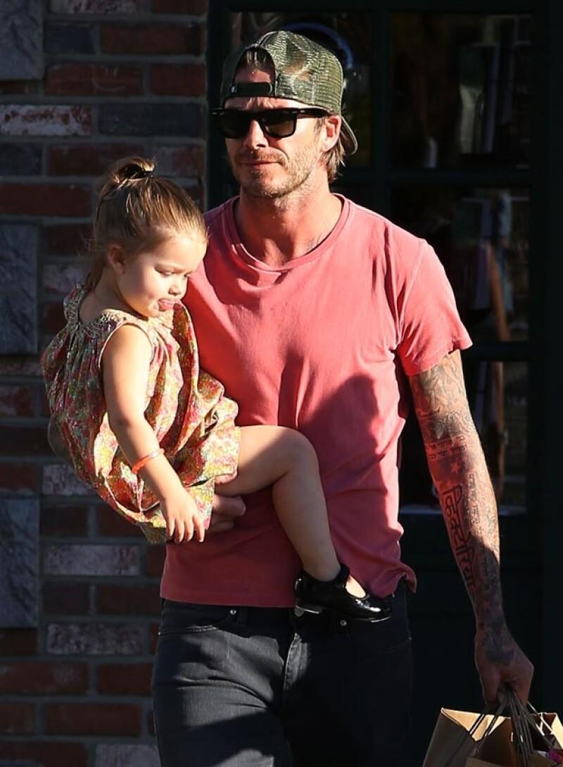 David no soltó a su hija, quien lucía un vestido floreado.
