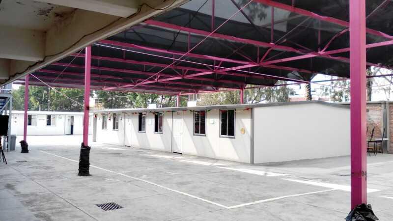 Clases al 'aire libre'. Este es un ejemplo de las aulas provisionales que se instalaron en la CDMX. En el ejemplo la Escuela Secundaria General Silvestre Revueltas, en la Delegación Gustavo A.  Madero.