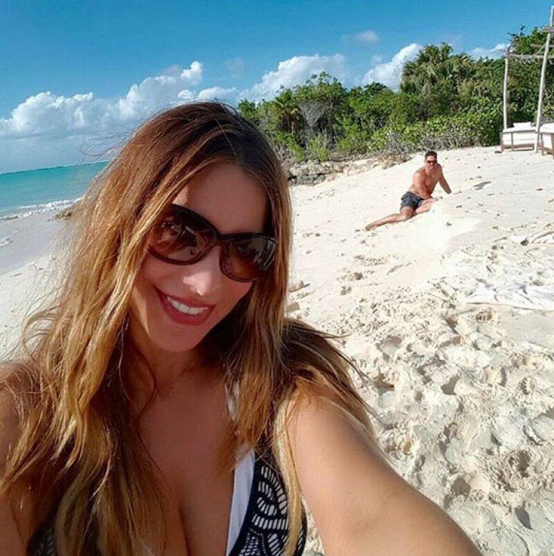 Mientras Joe perseguía un cangrejo, Sofía aprovechó para tomarse una selfie.