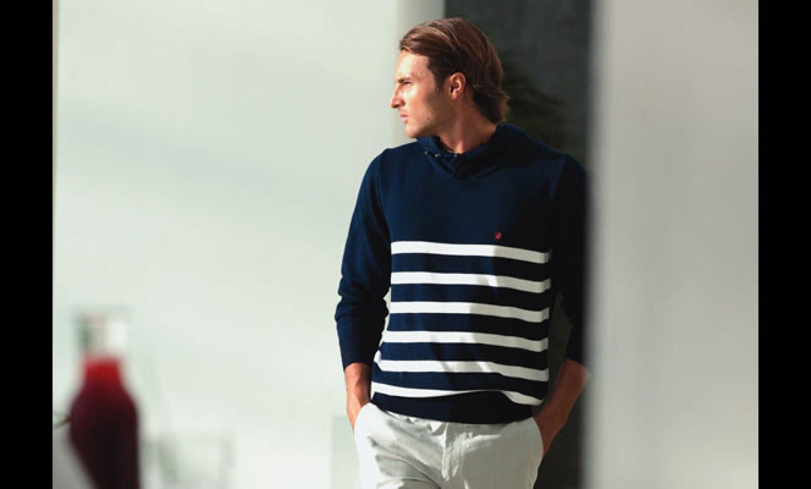 Suéter y pantalón de algodón con tenis lisos permiten sentirse fresco en cualquier ambiente.