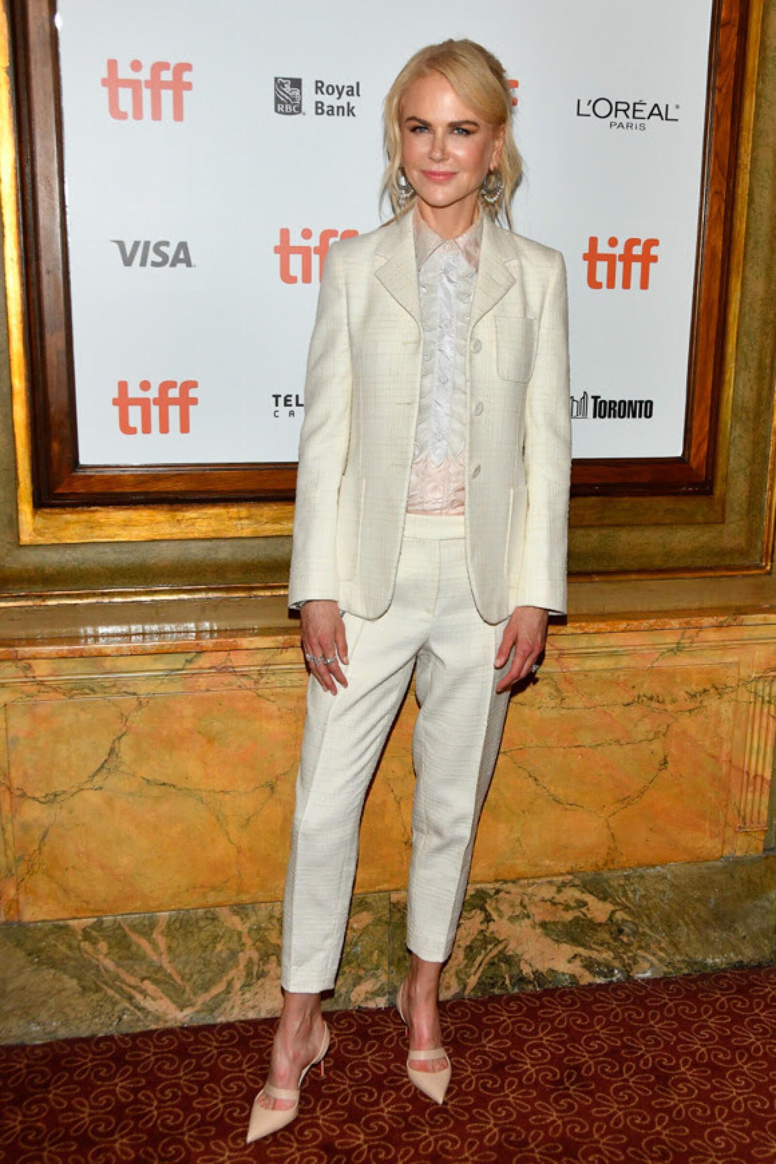 Nicole Kidman en un suit blanco de Michael Kors