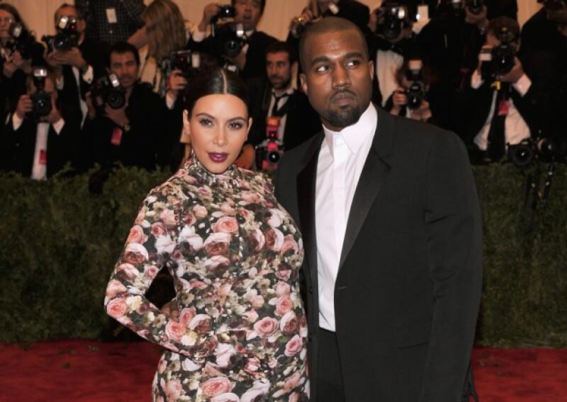 Una fuente del portal Daily Mail informó que Kanye corrió al hospital cuando se enteró que Kim estaba a punto de entrar en trabajo de parto, y al llegar no se separó de ella ni un solo momento.