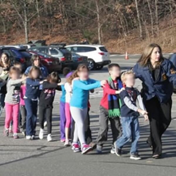policias evacuan a niños
