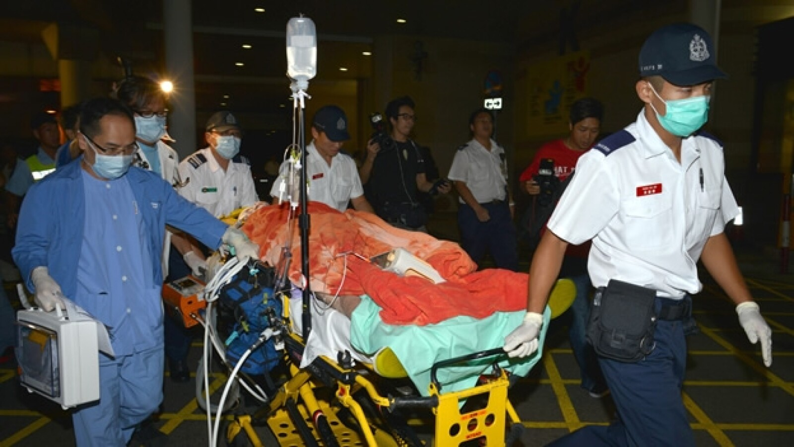 rescatistas llevan a herido al hospital