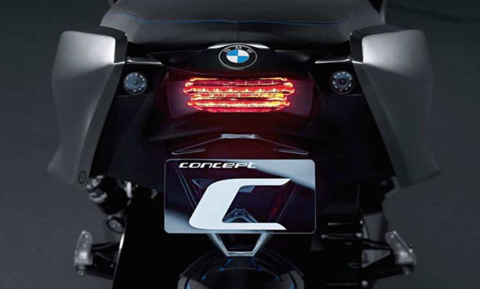 El escape lo hereda de otra motoneta de la misma firma, la S1000RR, con dimensiones contenidas y recubrimiento de fibra de carbono.