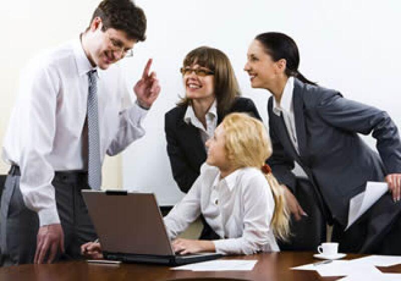 En la oficina, los expertos recomiendan tratar a los demás como te gustaría que te trataran. (Foto: Photos to go)
