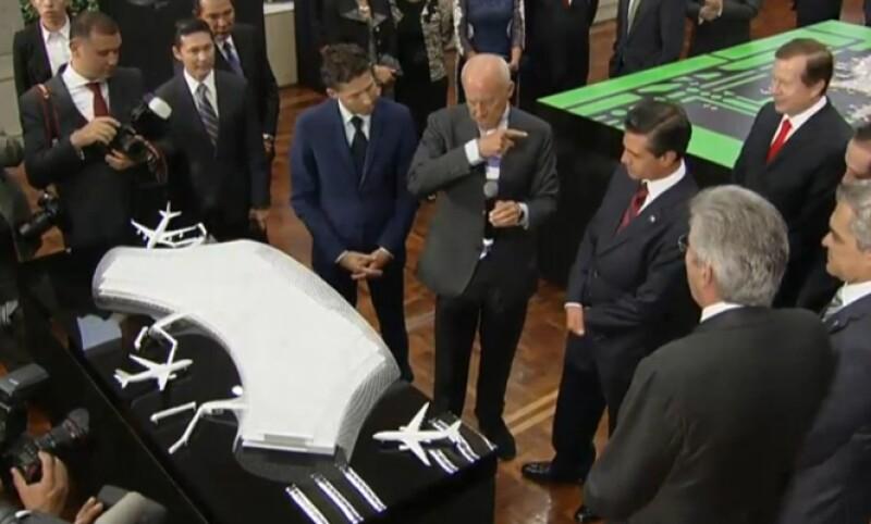 Previo a los discursos, se le presentaron las maquetas al presidente Peña Nieto. (Foto: Cortesía Foster+Partners)